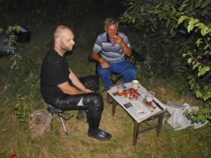 wir dürfen bei Anatoli im Garten schlafen.