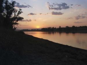 Sonnenuntergang am Stausee in der Nähe von Ternopil.