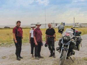 Wir treffen Wendy mit ihrem Mann an der Grenze zu Kasachstan.