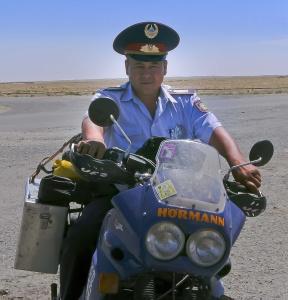 Bei der Kontrolle will der Herr Inspektor das Motorrad zur Seite fahren!