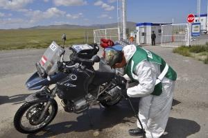 Wieder in Russland mussten unsere Motorräder desinfiziert werden. Back to Russia our motorbikes had to be disinfected.