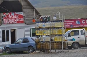 Tankstelle nahe dem Ala-Bel Pass. Gas station near Ala-Bel pass.