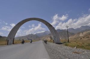 Der Eingang zum Pamir Highway. The entrance to the Pamir Highway.